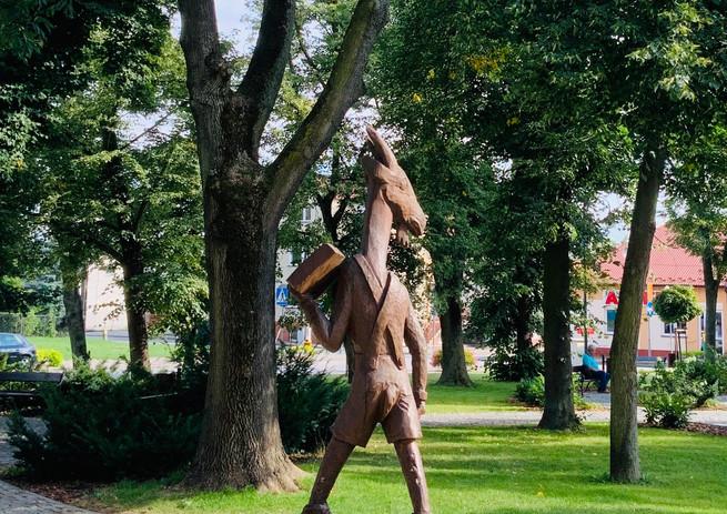 Drewniana rzeźba Koziołka Matołka na Rynku