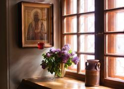 Цветы на окне в храме