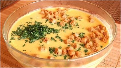В основе сырного супчика лежит пряные травы и растопленный сырок.