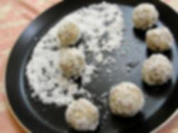 Ладду-популярная сладость в Индии и Пакистане, изготовленная из нутовой муки и грецких орешков.