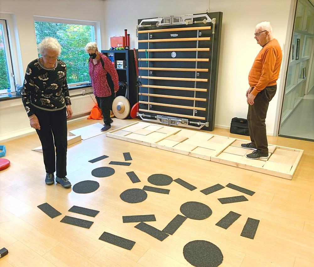 Deelnemers aan de cursus Vallen Verleden Tijd in de oefenzaal van Fysiotherapie Medisch Centrum Delft