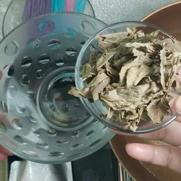 1. Soak dried holy basil leaves in the water.