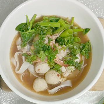 6. Arrange the bowl by putting the morning glory and noodles. When boiling water, put in a bowl, garnish with thai coriander and serve.