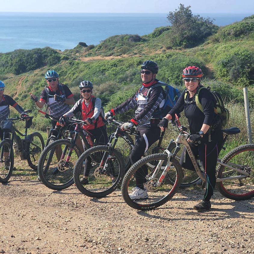 """רוכבי גנור לאורך הים למצוקי געש יקום 75 ק""""מ FREETOUR"""