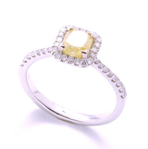 BIJOUX ANCIENS // Alliance or blanc ornée d'un diamant jaune certifié