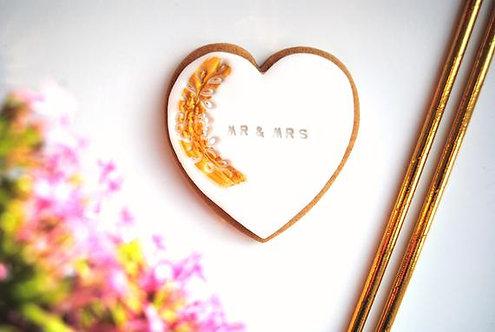 CADEAU INVITÉS // 100 Biscuits coeur personnalisés motif floral blanc & or