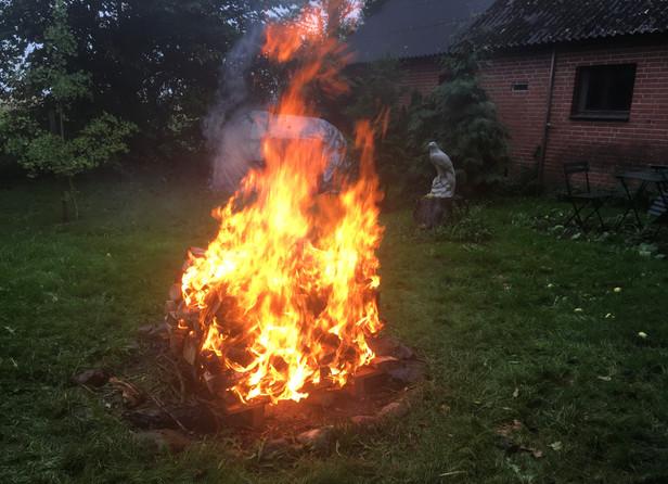 Dragebål. Bål til svedehytte i øsende regn - og en drage rejser sig af ilden.