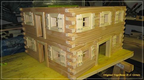 Zwei Stockwerke fertig mit eingebauten Fenstern und Türrahmen.
