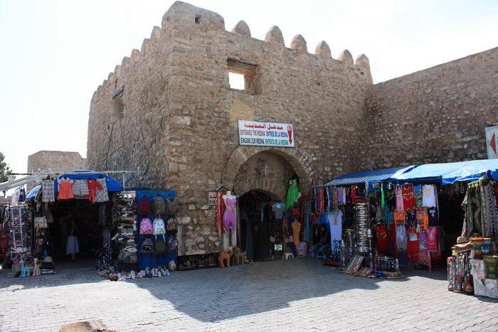 vor-den-toren-zur-medina-hammametjpg