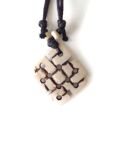 Noeud sacré bl/ Sacred Knot wh: collier tibétain en os/ Tibetan bone necklace