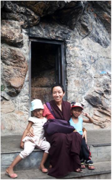 Ani Nima avec deux orphelines/ Ani Nyima with two orphans