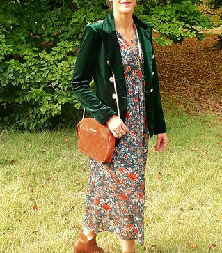 Robe longue fleurie bohème bijoux fantaisie sac en cuir veste velours sapin combo special noël