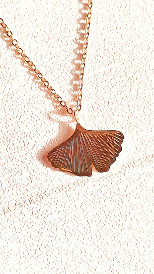 COLLIER 3 chaines DORE & BLANC:perles blanches et feuille de ginkgo dorée