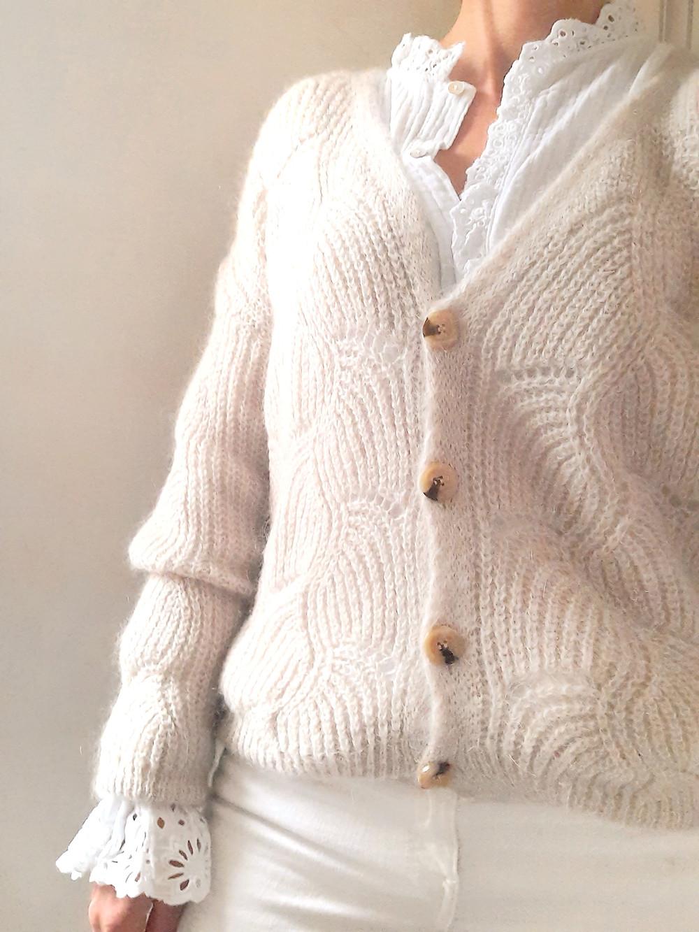 gilet ajouré trés doux gris ou beige à adopter car c'est un must have !! Joliette-shop.com