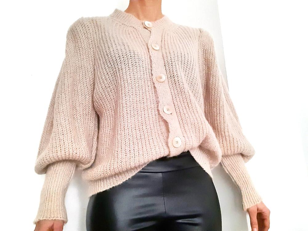 gilet beige ultra féminin et ses manches bouffantes et épaule style épaulette Pour un look chic  Joliette-shop.com