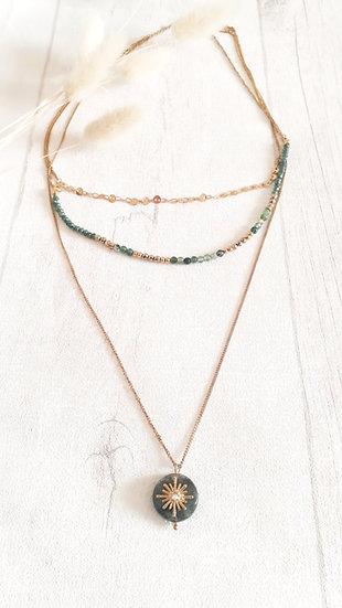 COLLIER 3 chaines DORE & EMERAUDE: perles, pierres et strass soleil