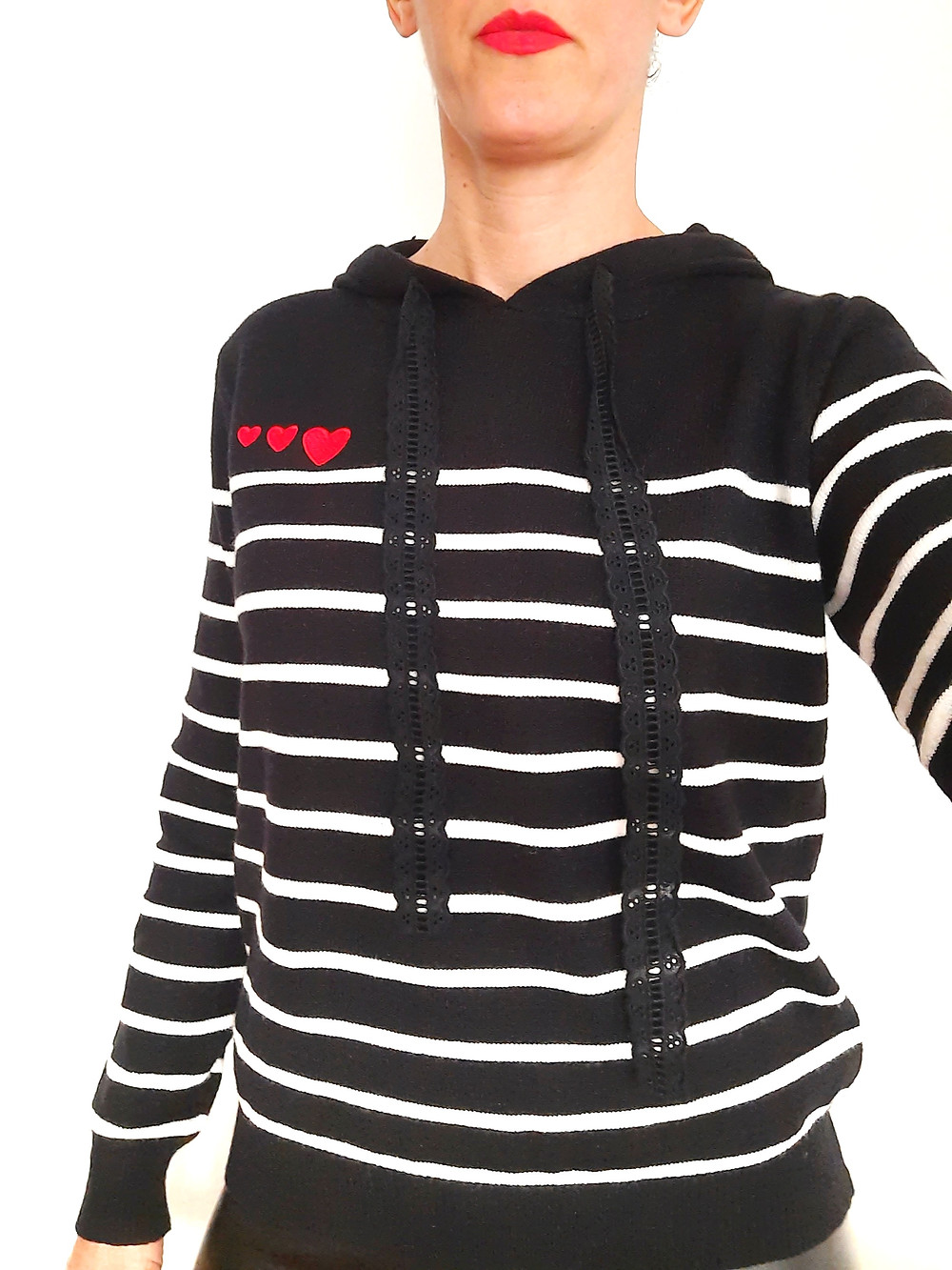 pull mariniere noir et blanc à capuche cordon en broderie anglaise 3 coeurs rouges brodés sur le devant joliette-shop.com