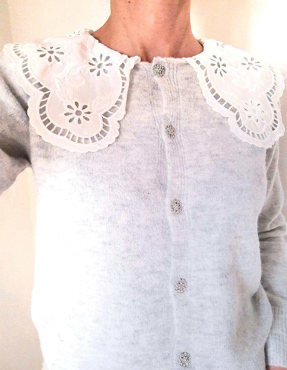 cardigan chic à grand col Claudine blanc brodé et boutons bijoux joliette-shop.com