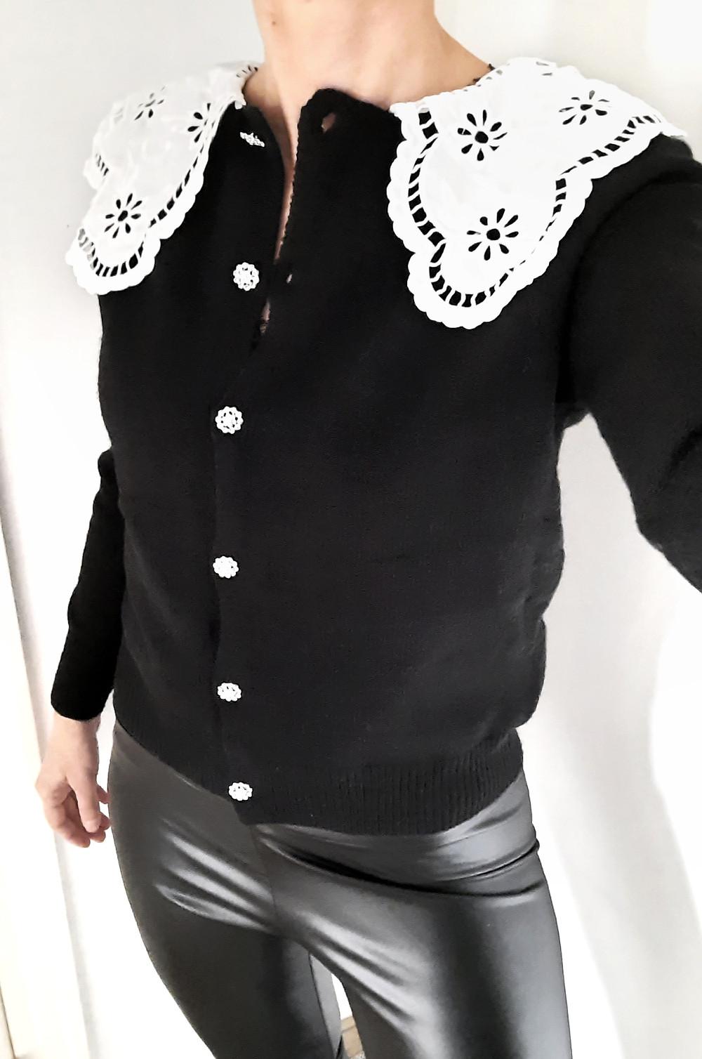 Gilet noir et ses boutons bijoux Grand col Claudine blanc brodé Joliette-shop.com