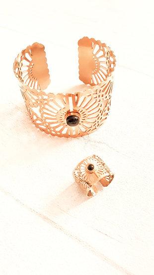 MANCHETTE dorée mandala ajouré avec une perle noire en acier inoxydable