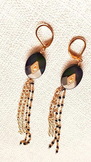 Boucle d'oreille dorée & NOIRE: perles noires, losange doré et pampilles