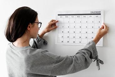 femme-verifiant-calendrier_53876-13451.j