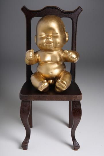Meninos de ouro em cadeiras de MDF