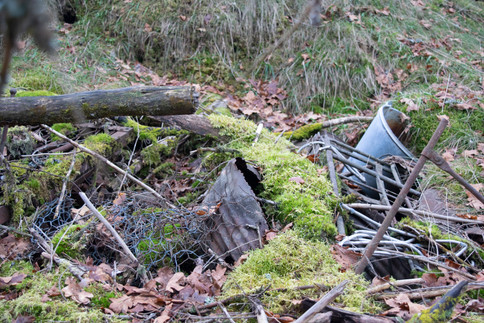 Plyndringsgrop fylt med søppel. Rundhaug jernalder. Foto: Eldengaard