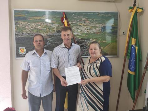 Deputado Luizão destina trator e ônibus escolar para Quitandinha