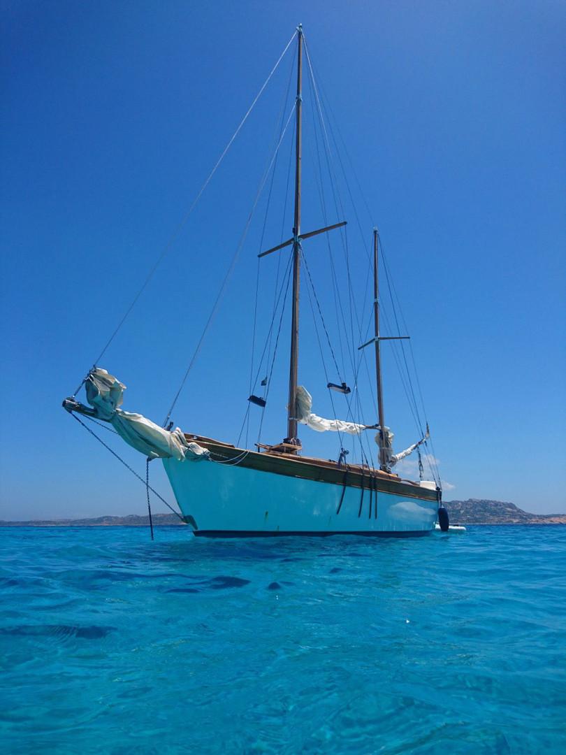 Vista-dal-basso-della-barca-a-vela-Simeo