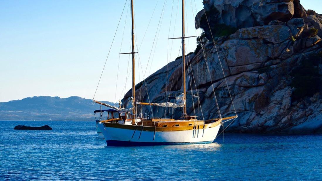 barca-Simeone-a-Spargi-sotto-roccia-stre