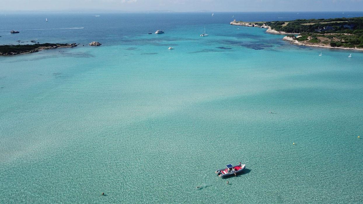 gommone lomac in una baia meravigliosa dell'arcipelago