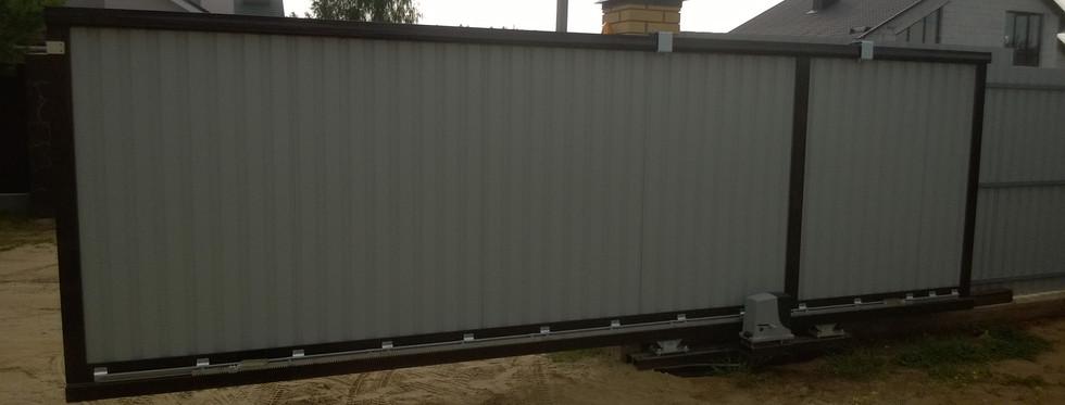 Ворота Doorhan алюминиевая рама с заполнением профлистом. Автоматика RB600. (вид изнутри)