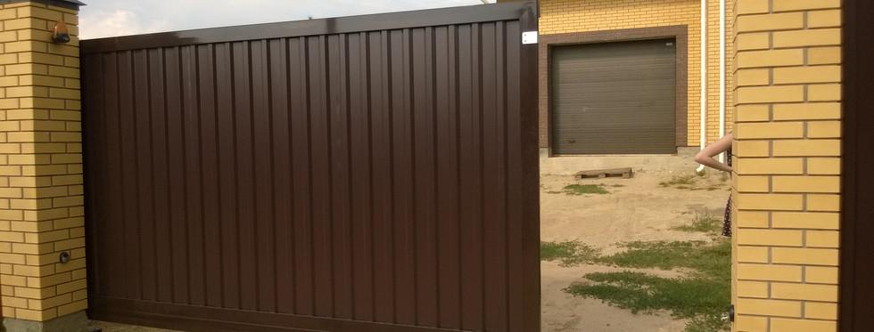 Ворота Doorhan алюминиевая рама с заполнением профлистом. Автоматика RB600.