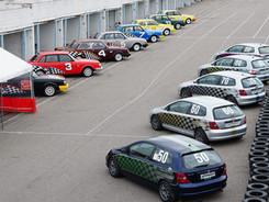 Käytössämme on 15 kilpa-autoa. Malliltaan autot ovat Volvo 240 - ja Honda Civic V1600 autoja 🚗🏁