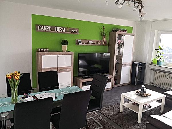 """größzügiges Wohnzimmer mit  55"""" TV, Esstisch und Spielkonsole"""