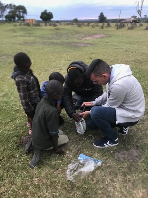 Visite d'une école au Kenya l'an dernier - peu importe le continent, les enfants sont toujours aussi curieux et ouverts.  - Nuno, Kenya -