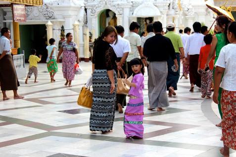 L'agent de voyage n'est pas toujours en photo. Il est souvent en coulisse, hors-champ, mais ceux qui savent regarder le voient.  - Valbone, Yangon -
