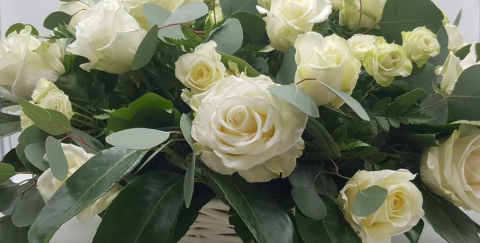 Corbeille de roses blanches