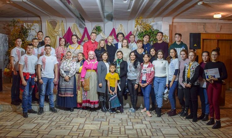 Представители молодежи различных наций.j