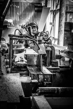 Jon Gudbrand ved kløyva (Vegardfoto)
