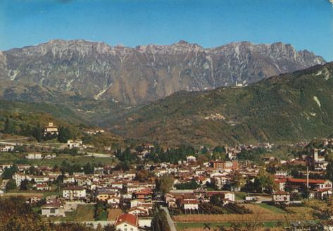Een ansicht van het dorp van voor de verwoestende aardbeving. Het kruisje markeert de plek waar Angie eerst in een legertent en later in een stacaravan verbleef.