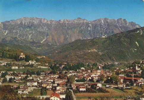 Een ansicht van het dorp voor de verwoestende aardbeving. Het kruisje markeert de plek waar Angie eerst in een legertent en later in een stacaravan verbleef.
