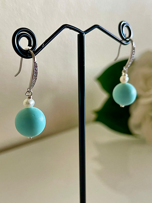 Silver 925 Shell pearl and freshwater pearl pierced earrings.