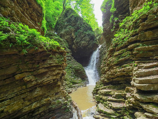 В краю ущелий и водопадов