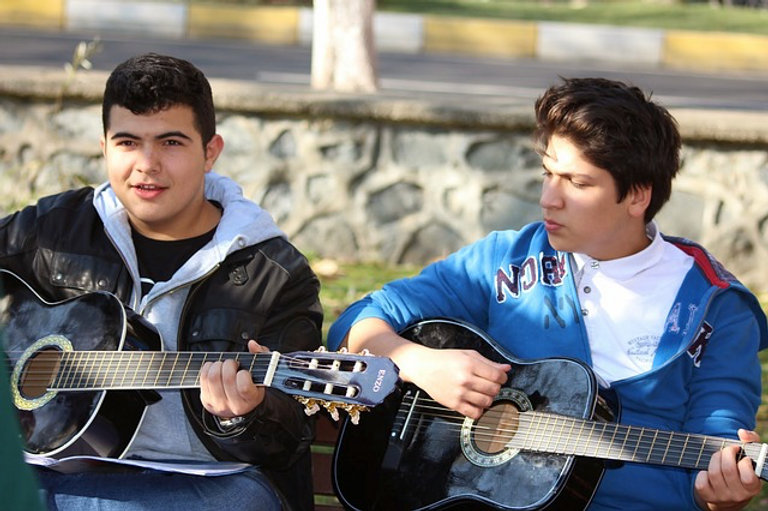 acoustic-guitar-ideal-for-playing-social