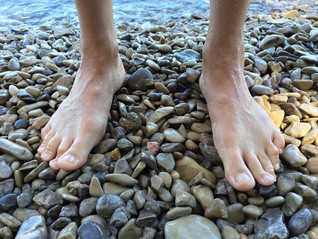 Dor na sola dos pés: entenda as principais causas e tratamentos