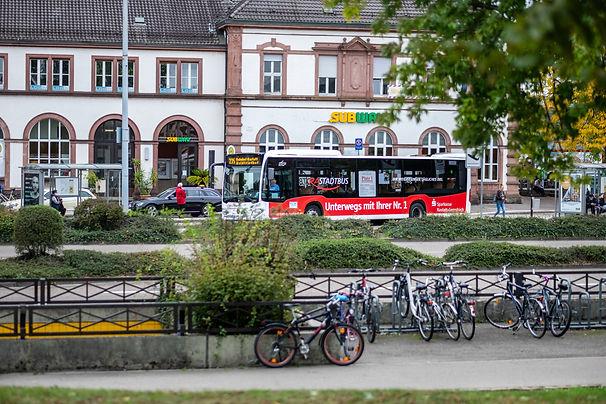 Mobilität_Bahnhof Rastatt mit Bus und Fa