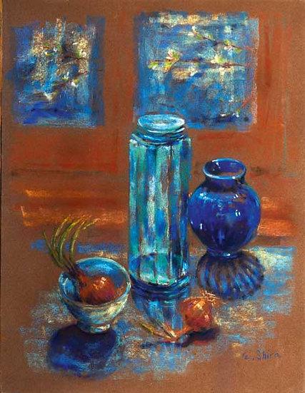 Blue Bottles and Onions - בקבוקים שקופים עם בצל