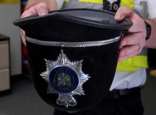 En el Reino Unido, una embarazada puede orinar en cualquier sitio,incluso en el casco de un policía.